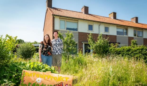 <p>Tom van Heusden en Annet van de Glind in hun biodiverse tuin langs de Rondweg in Zwartebroek.</p>