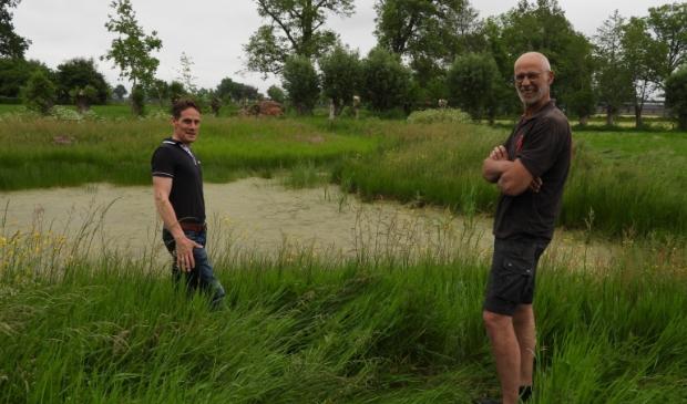 <p>Landschapsbeheerder Marnix Bout en boer Roy Harthoorn bij de oostelijke poel.</p>