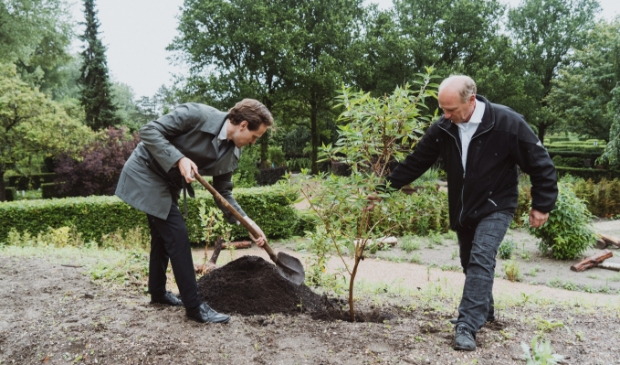 <p>Wethouder Marijn van Ballegooijen plant een vlinderstruik in de nieuwe grafwijk &acute;de Rode Vlindertuin&acute;.&nbsp;</p>