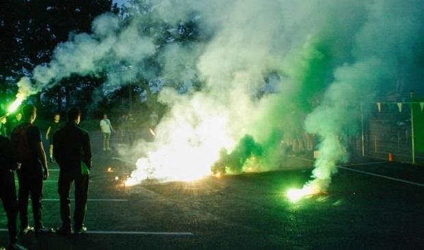 <p>De fanatieke aanhang feliciteerden vrijdagavond hun vereniging met vuurwerk en gezang.<br><br></p>