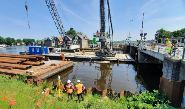 <p>De buispalen liggen op het voorste ponton klaar om opgehesen te worden door de hulpstelling of het andere ponton.</p>