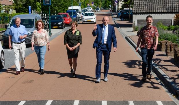 <p>Van links naar rechts: Henk Wevers, Wendy Torbijn, Susanne van de Hoef, Hans Marchal (wethouder) en Tom van Boggelen (projectleider gemeente). </p>