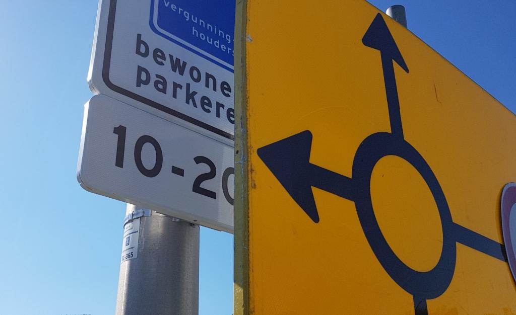 Het bord dat het nieuwe parkeerbeleid aankondigt, staat verscholen achter een ander bord. Wijnand Burger © BDU Media