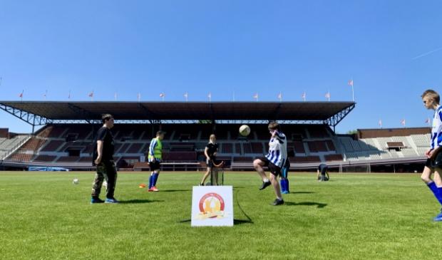 <p>In mei was de eerste Voetbaldag een feit. In het Olympisch Stadion in Amsterdam gingen twee voetbalverenigingen samen sporten met scheidsrechter Allard Lindhout en Oranjeleeuwin Kelly Zeeman.</p>