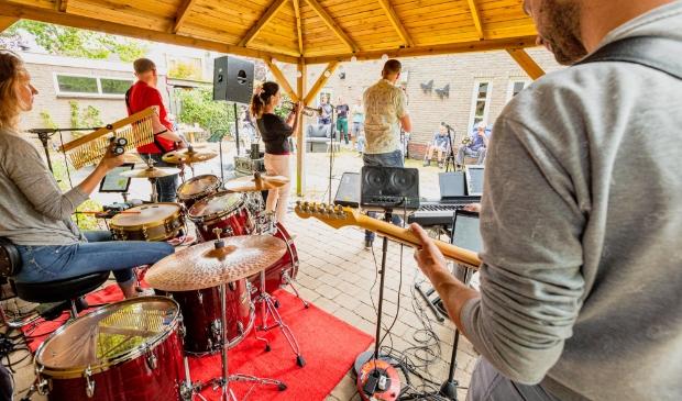 <p>Gluren bij de Buren is deze editie verschoven naar de zomer, zodat optredens coronaproof in de buitenlucht kunnen plaatsvinden.</p>