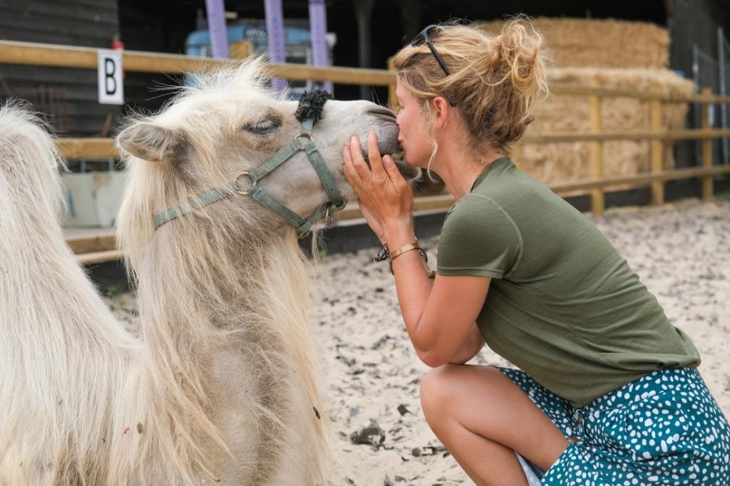 Tamar Valkenier loopt door Nederland met haar kameel Einstein Jan Aukes © BDU media