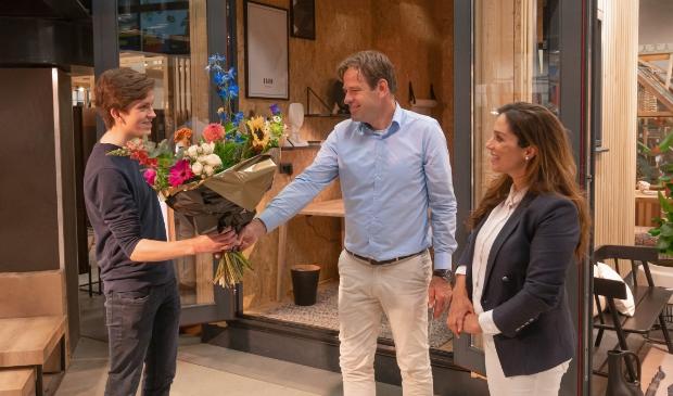 <p>Quinten Rijken wordt gefeliciteerd door Nasima el Bachiri en Jeroen la Housse.</p>