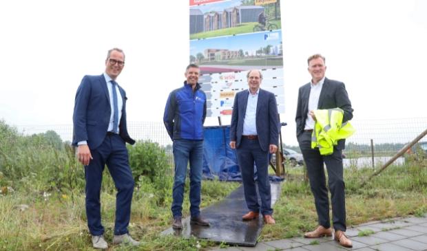 V.l.n.r.: wethouder Harke Dijksterhuis van de gemeente Nijkerk, John van der Doelen (Barli), Peter Toonen (WSN) en Eric Vos (Heijmans) bij het zojuist onthulde bouwbord.