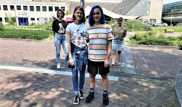 <p>V.l.n.r. Judith, Yamie, Britt en Petra op de plek waar binnenkort een regenboogzebrapad komt.</p>