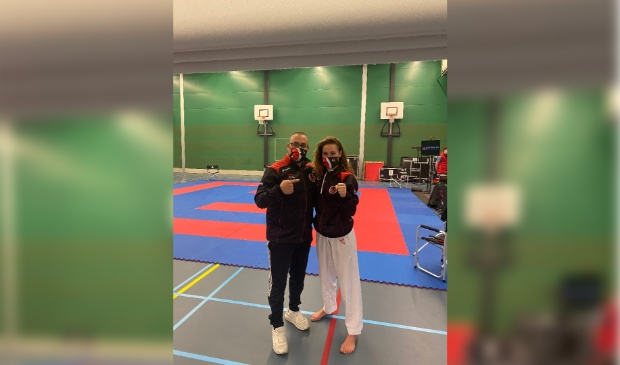 Karateka Lynn Snel (rechts) met clubcoach Nabil Ou-Aissa