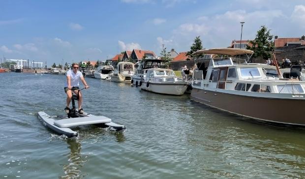<p>Dirk Roelofsen biedt met Waterbike Harderwyck een bijzondere en innovatieve watersportattractie.</p>