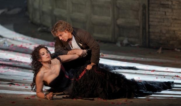 <p>Elina Garanca in de titelrol van Carmen en Roberto Alagna als Don Jos&eacute;.</p>