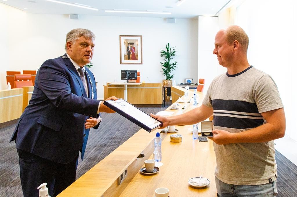 Roy Oldehinkel en burgemeester Henk Lambooij. Fokko Everts © BDU Media