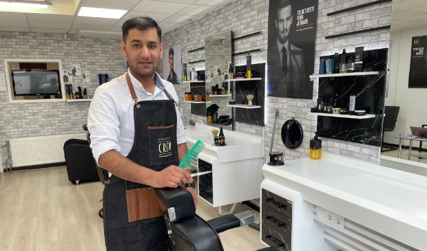 <p>Kashmir Ghaldjahi geeft in zijn zaak Barberking Putten knipbeurten en gezichtsbehandelingen.</p>