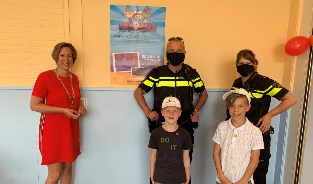 <p>Burgemeester Petra Doornenbal van Renswoude met twee nieuwe Cyber Agents.</p>