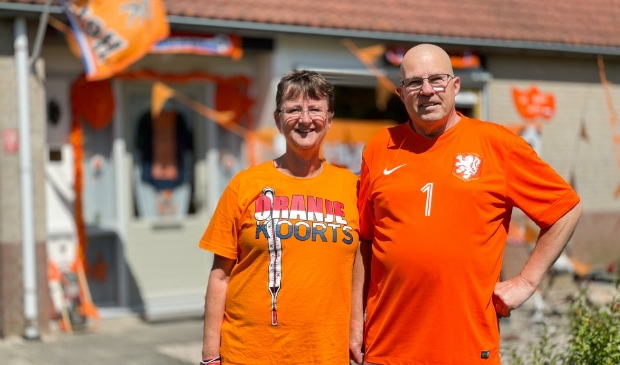 Marten en Hennie bij hun uitgedoste woning in Nijkerk.