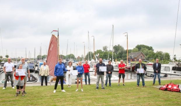 <p>Vier organisaties kregen zaterdagochtend een cheque overhandigd door Stichting Drakenboot</p>