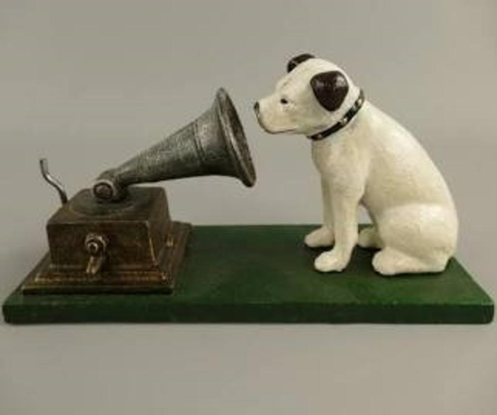 Nipper, het bekende witte hondje dat luistert naar de stem van zijn baas. Jelle Attema © BDU Media