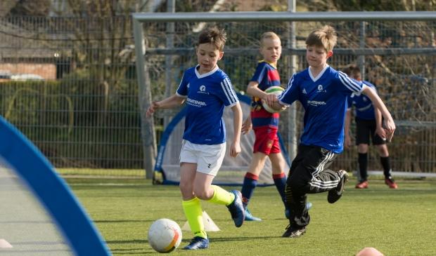 Voetballen in de vakantie bij De Voetbalschool en vv Hoogland Voetbalschool.