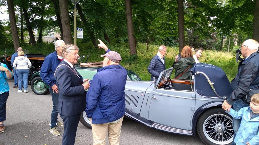Burgemeester Roest liep een rondje langs alle auto's. Mariëlle Tukker © BDU Media