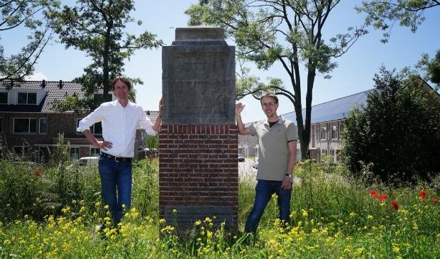 Wethouder Herbert Raat (monumenten) en Norman Vervat van het Cuypersgenootschap. Deze stichting heeft de grens-/banpaal gemeld bij het Meldpunt Monumenten.