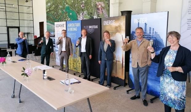Proosten op de samenwerking. Met vanaf links: Jack van de Gevel, Arthur Stuivenberg, Erwin Jansma, Mark de Kruijk, Aukje Treep, Frans van der Avert en Judith de Pagter