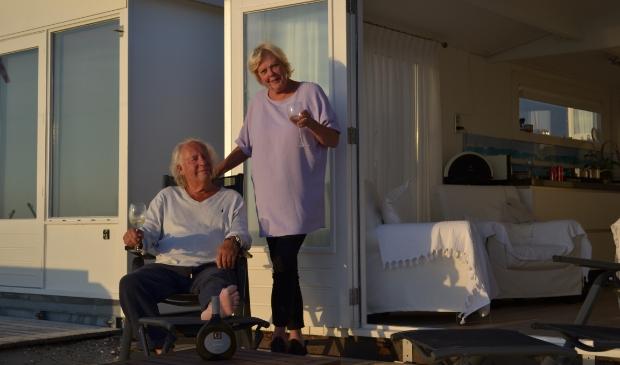 <p>Henk en Petra genieten met volle teugen aan het Zandvoortse strand.</p>
