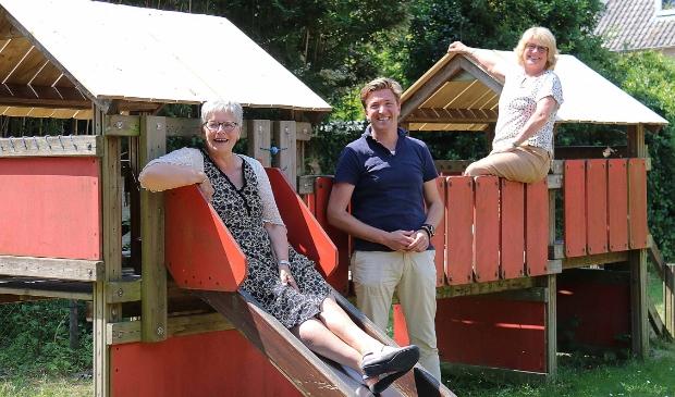 <p>Dingena Kortland, Thomas Wegbrands en Irma Lauffer (vlnr) op het speelplein aan het Sitiopark. (Niet op de foto: Ayse Gul)</p>