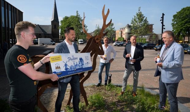 <p>Hert Bier heeft een speciaal Puttens biertje gemaakt. Vlnr: Erik Stoffelsen, Jeroen Wilmink, Jorrit Heinen, Marcel van Pijlen en wethouder Roelof Koekkoek.</p>
