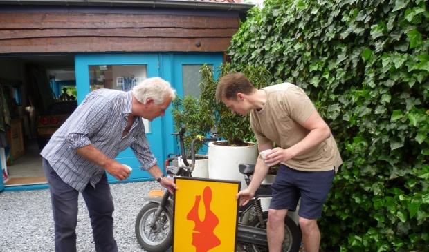 <p>Gezagvoerder Christiaan van Dinteren (rechts) bekijkt de ruil.&nbsp;</p><p><br></p>