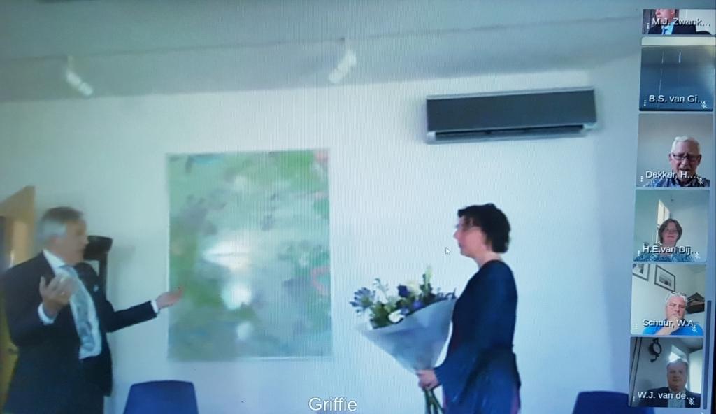 Annet van Riel wordt door burgemeester Eppie Klein geïnstalleerd als raadslid. Margreet Hendriks © BDU media