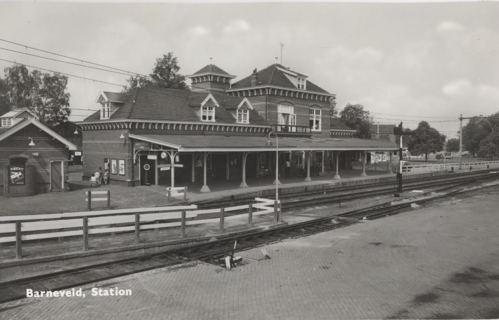 Het station gezien vanaf het tweede perron met links het retiradegebouwtje met de toiletvoorzieningen. Gemeentearchief Barneveld © BDU media