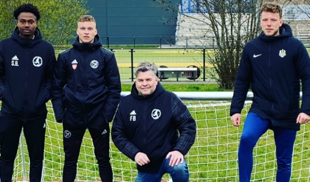 <p>De trainers van de VSMN op hun eigen voetbalveld op het sportpark Burgemeester Buining</p>
