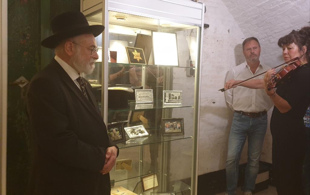 Violiste Lydi Groenewegen heeft ter nagedachtenis aan de Joodse families Van Straten een Joods lied gespeeld  Vliegeniersmuseum © BDU Media