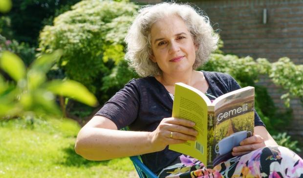 Josina Intrabartolo uit Bennekom debuteert met een roman die de lezer in de sfeer van het prachtige Sicilië brengt.
