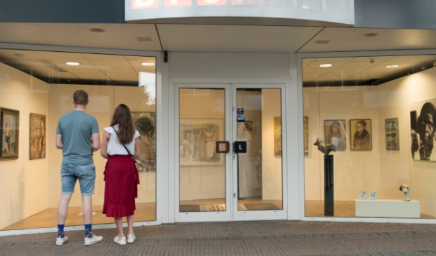 <p>Kunstlijn Lunteren exposeert in een pop-up galerie met Werk in de Winkel.</p>