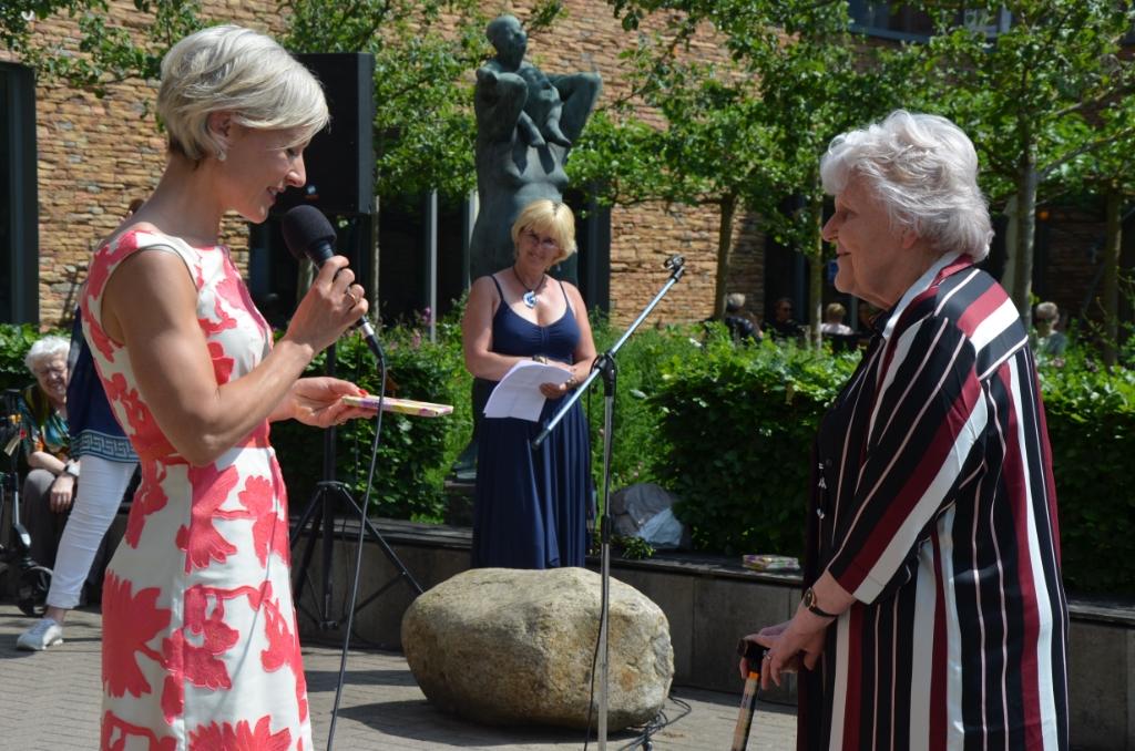 Burgemeester Iris Meerts overhandigt de eerste cd aan mevrouw Van Eck Ali van Vemde © BDU media