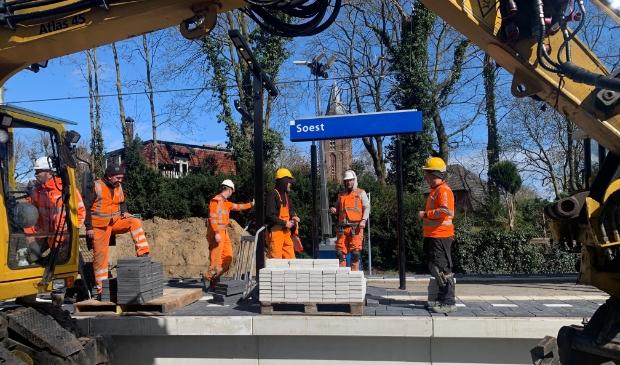 <p>Op de perrons van Soest en Soestdijk: beton uit het verleden voor de toekomst.</p>