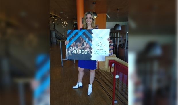 <p>Cultuurmakelaar Bea Nederhoff met de prijs</p>