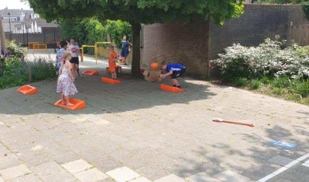 Tal van spelletjes werden gedaan tijdens de Nationale Buitenspeeldag in Scherpenzeel. JOS © BDU media