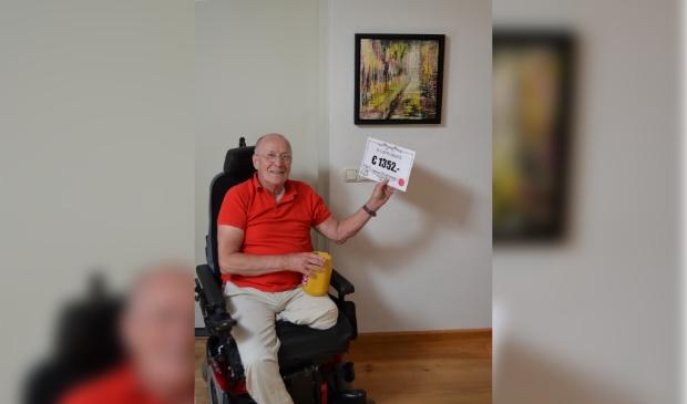 <p>Kees Glaubitz uit Werkendam was de gelukkige winnaar. Achter hem het door hem aangekochte kunstwerk. </p>