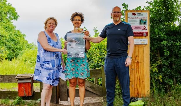 <p>Marijke van den Top krijgt de winnende foto uit handen van de jury</p>