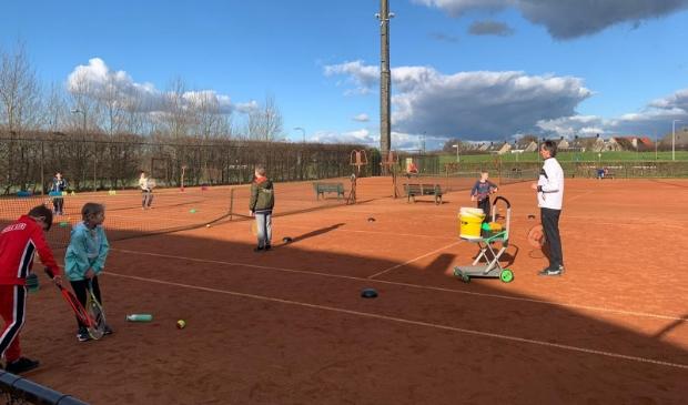 Tennis clinic jeugd met Theo Hoek