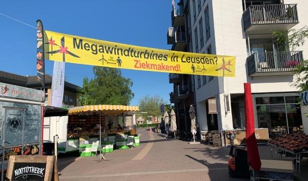 <p>De actiegroep Windalarm voert actie tegen windmolens in het buitengebied met een spandoek in winkelcentrum De Biezenkamp.</p>