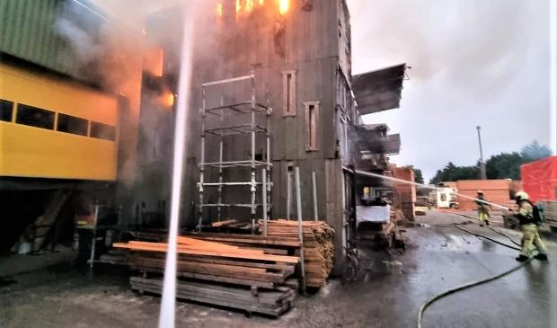 De brandweer was tot in de ochtend bezig met het nablussen. Eempers © BDU media