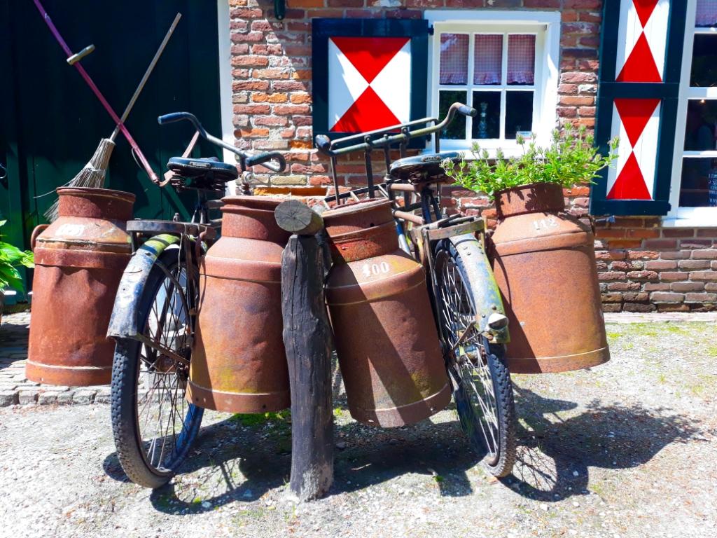Twee oude fietsen in Schoonoord. 'Ik heb de foto 'fietsvakantie' genoemd.' Luc Kuiper © BDU media