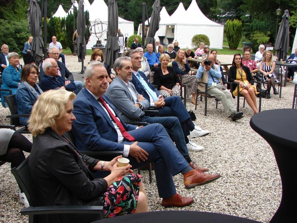 Burgemeester en wethouders bij de opening van de expositie Wes Janssen © BDU media
