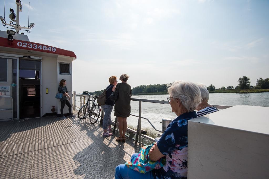Echte warme dagen trotseer je op het heerlijke bovendek van het grootste voet- en fietsveer van Riveer.  Riveer © BDU media