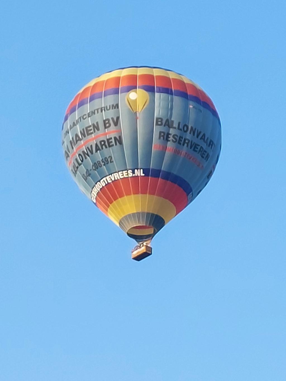 """,,Voor de mooiste vakantieplaatjes is ver reizen soms niet nodig. Een strak blauwe hemel boven Nijkerk op woensdagavond 21 juli jl. met een prachtige luchtballon. Kan het mooier??"""" Henk Karelsen © BDU Media"""