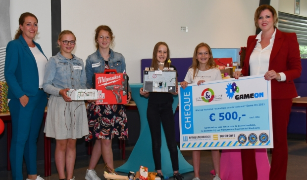 De waardebon van 500 euro aan gereedschap (te besteden bij Van Wijngaarden in Sliedrecht) is gewonnen door: Jenaplanschool (Helen en Emma)